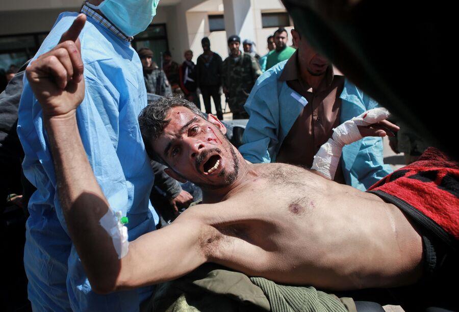 Повстанец, раненный в бою за город Бин Джавад, в госпитале Рас-эль-Ануфа