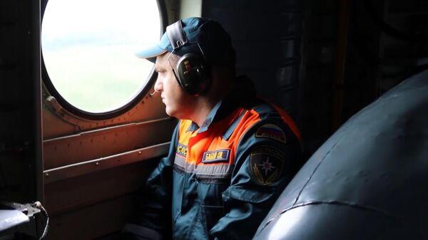 Сотрудник МЧС РФ в вертолете во время эвакуации местного населения из подтопленных районов в Амурской области