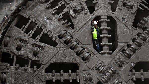 Рабочий на тоннелепроходческом щите