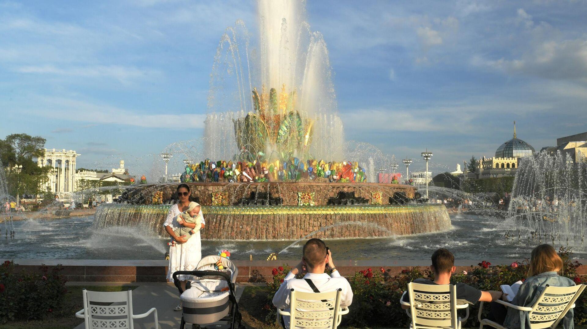 Люди отдыхают у фонтана Каменный цветок на ВДНХ в Москве - РИА Новости, 1920, 15.10.2020