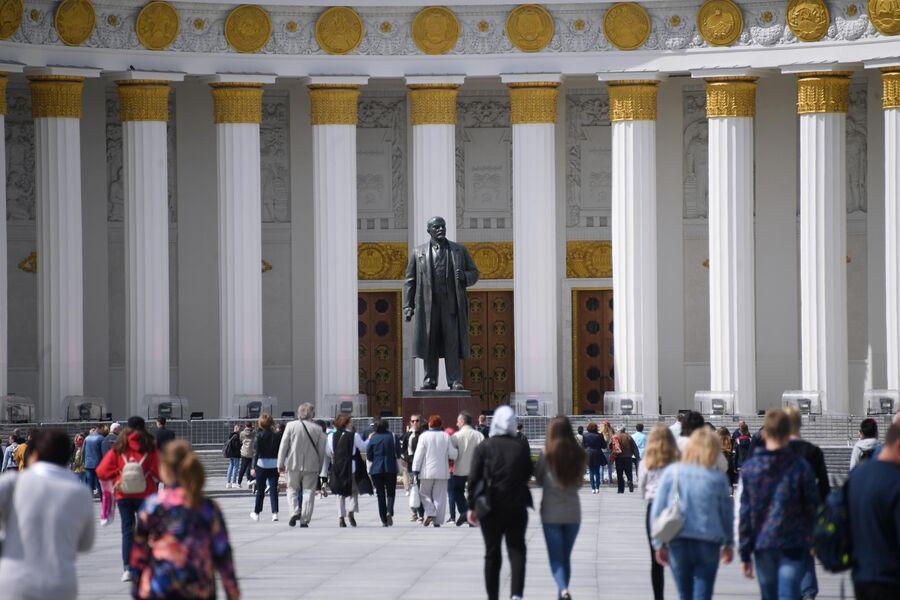 Отдыхающие у статуи Ленина на ВДНХ в Москве