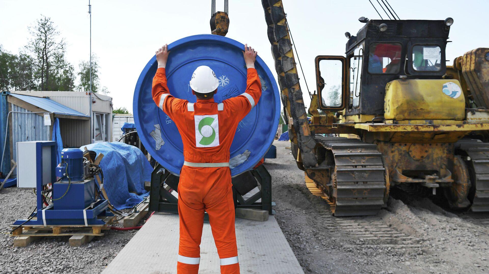 Рабочий на участке строительства газопровода Северный поток-2 в Ленинградской области - РИА Новости, 1920, 26.04.2021