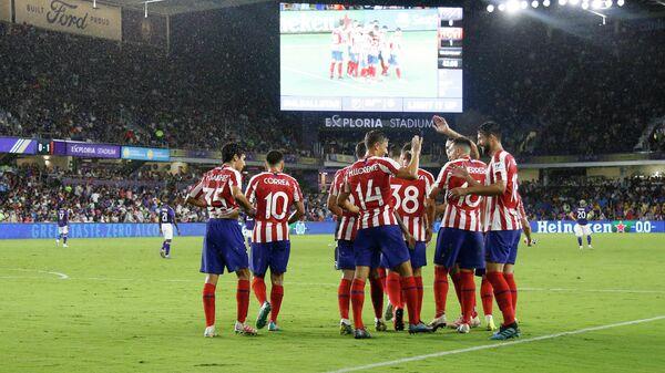Футболисты Атлетико радуются забитому мячу