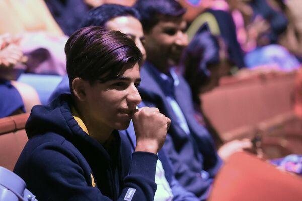 Мальчик из Ирака Касим Алькадим во время посещения Большого Московского государственного цирка на проспекте Вернадского