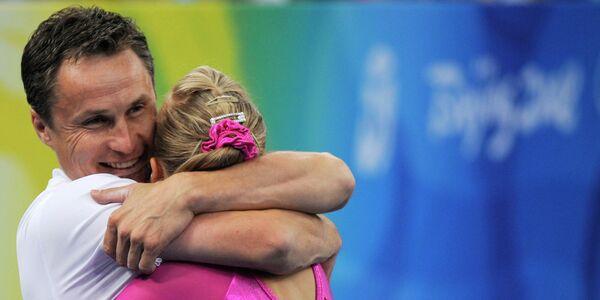 Валерий Люкин и его дочь Анастасия Люкина радуются победе на Олимпийских играх 2008 года в Пекине.