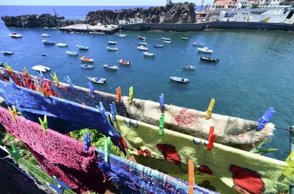 Сушка белья на берегу гавани города Камара-ди-Лобуш на острове Мадейра