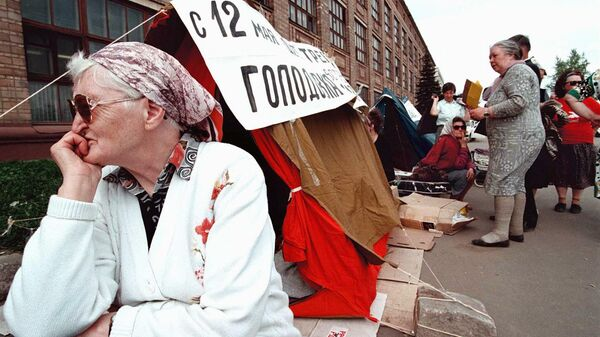 Пожилая женщина во время объявления голодовки. 1997 год