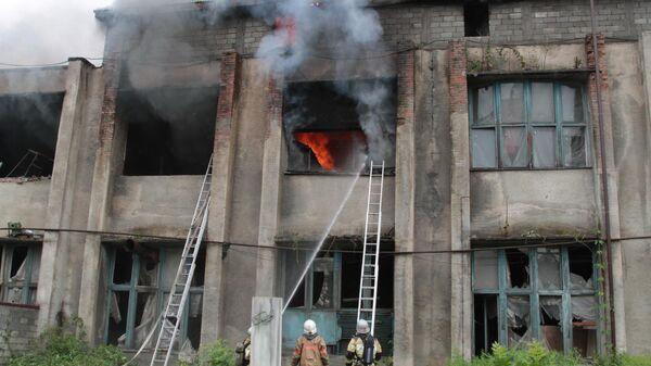 Сотрудники противопожарной службы тушат пожар в цехе по обработке шерсти во Владикавказе