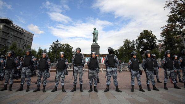 Сотрудники полиции обеспечивают порядок во время несанкционированной акции в поддержку незарегистрированных кандидатов в Мосгордуму. 3 августа 2019