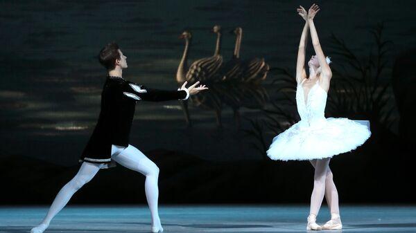 Артисты Новосибирского театра балета во время репетиции спектакля Лебединое озеро в Большом театре в Москве