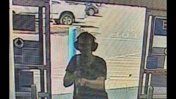 Фото мужчины с автоматом, входящего в торговый центр в городе Эль-Пасо на западе Техаса
