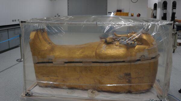 Позолоченный саркофаг Тутанхамона  в  реставрационной мастерской нового Египетского музея у пирамид Гизы в Каире