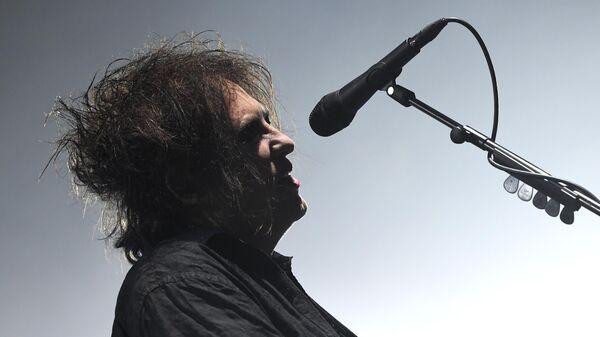 Лидер британской группы The Cure Роберт Смит во время выступления на музыкальном фестивале Пикник Афиши