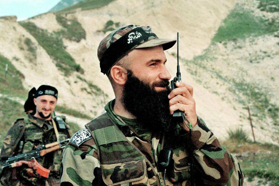 Чеченский полевой командир Шамиль Басаев в Ботлихском районе. 11 августа 1999