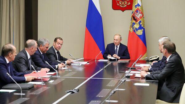 Президент РФ Владимир Путин и председатель правительства РФ Дмитрий Медведев на совещании с постоянными членами Совета безопасности РФ