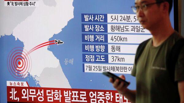 Схема запуска неопознанных снарядов с территории КНДР на экране телевизора во время выпуска новостей в Сеуле.
