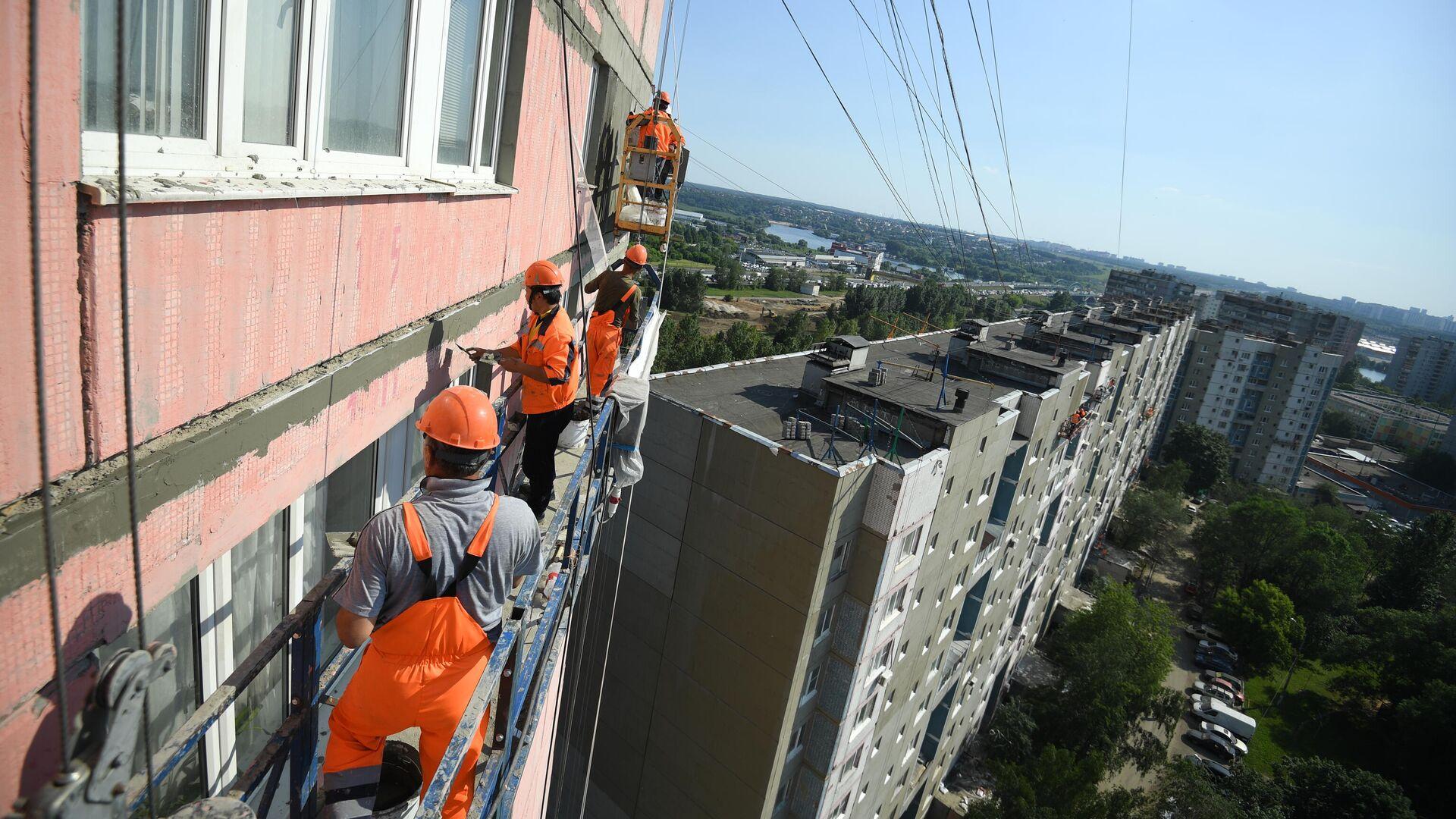 Рабочие проводят ремонт жилого дома в московском районе Капотня - РИА Новости, 1920, 06.08.2019