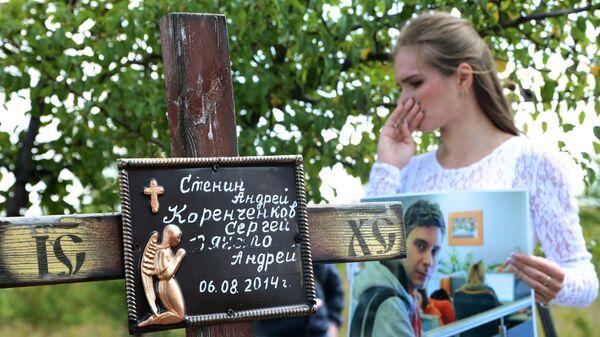 Девушка во время траурной церемонии на месте гибели фотокорреспондента Международного информационного агентства Россия сегодня Андрея Стенина
