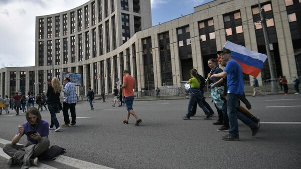 Участники акции в поддержку независимых кандидатов в Московскую городскую думу на проспекте Сахарова в Москве