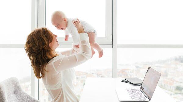 Женщина с ребенком за рабочим столом