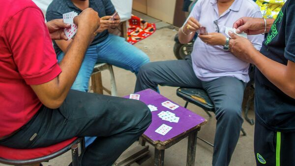 на играют жену карты в