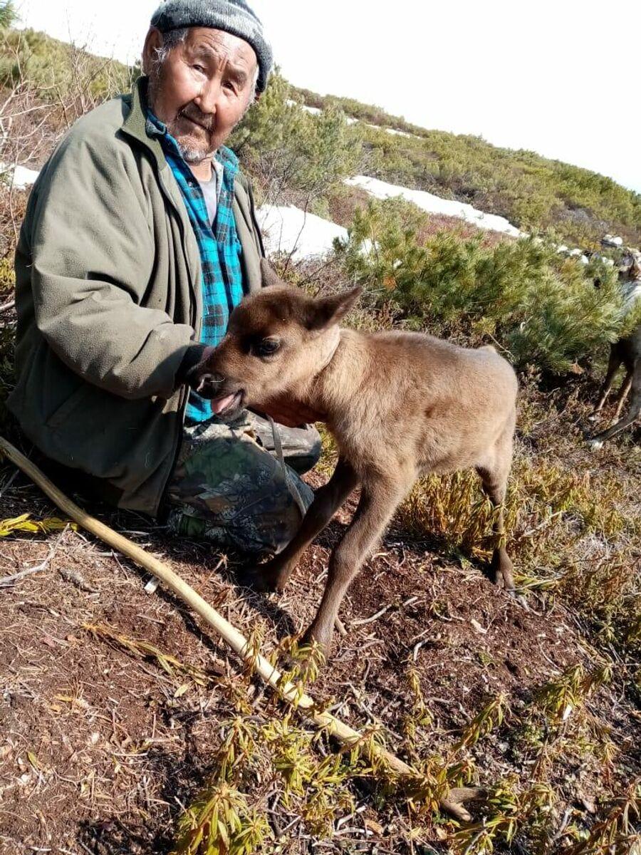 Отец Екатерины Шмониной с олененком