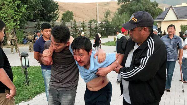 Раненный в результате штурма дома Алмазбека Атамбаева в селе Кой-Таш