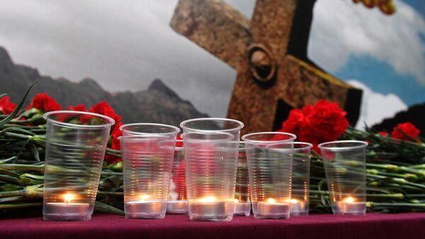 Зажженные свечи в память о погибших в результате военных действий в августе 2008 года на территории посольства Южной Осетии