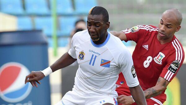 Полузащитник ДР Конго Янник Боласи (слева)