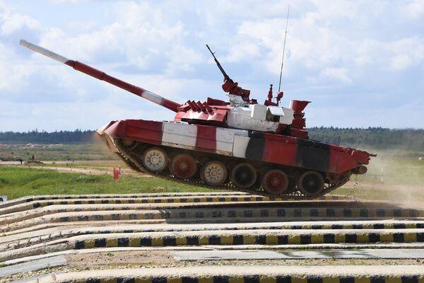 Танк Т-80 команды армии России преодолевает преграду в Индивидуальной гонке среди женских экипажей в Танковом биатлоне на V Армейских международных играх-2019 в парке Патриот