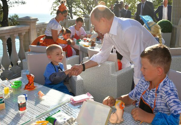Президент РФ Владимир Путин во время встречи с детьми семей, пострадавших от наводнения в Иркутской области, в сочинском оздоровительном комплексе Дагомыс