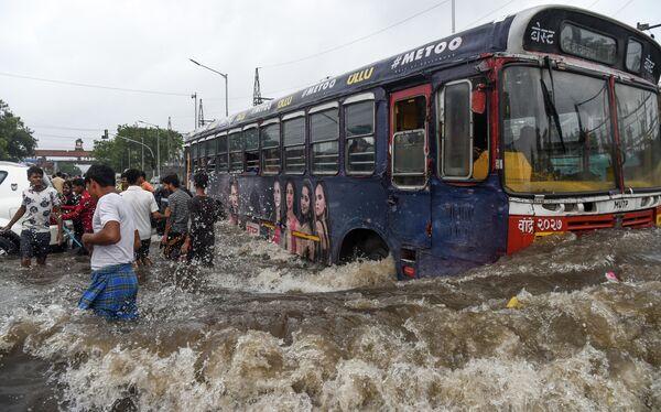 Автобус на затопленной дороге после сильных муссонных дождей в Мумбаи, Индия