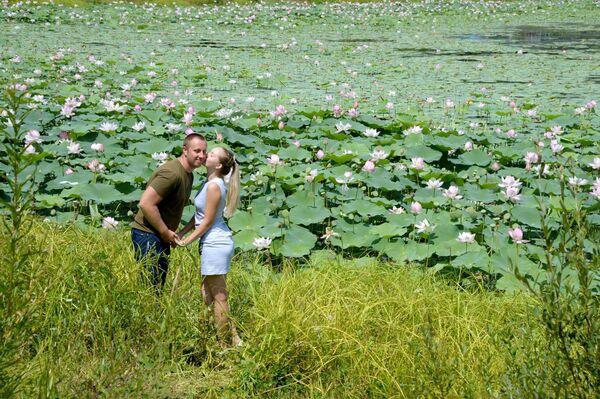 Посетители фестиваля Лотос-2019 на озере Бассейн близ села Яковлевка