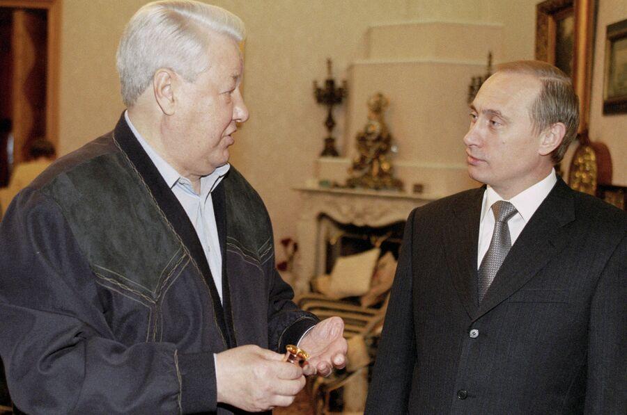 И. о. президента Владимир Путин поздравляет первого президента России Бориса Ельцина с днем рождения