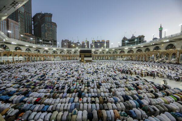 Паломники во время молитвы в Мекке