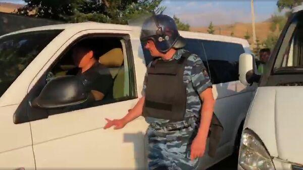 Микроавтобус выезжает с территории села Кой-Таш в Киргизии