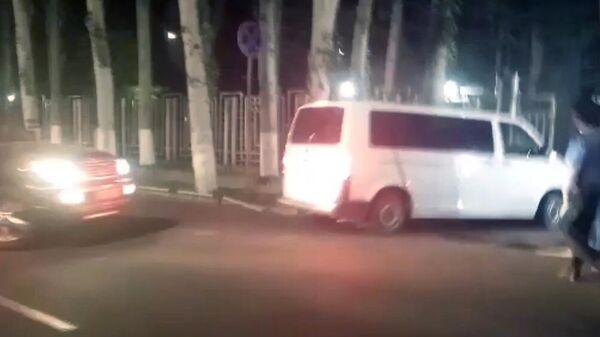 Автомобили милиции у здания МВД Киргизии в Бишкеке, куда доставили задержанного экс-президента Алмазбека Атамбаева