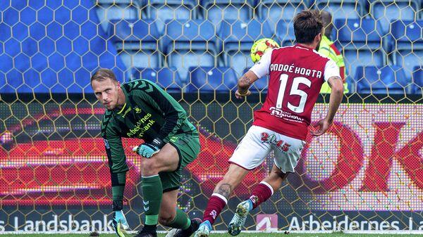 Форвард Браги Андре Орта радуется забитому мячу в ворота Брондбю