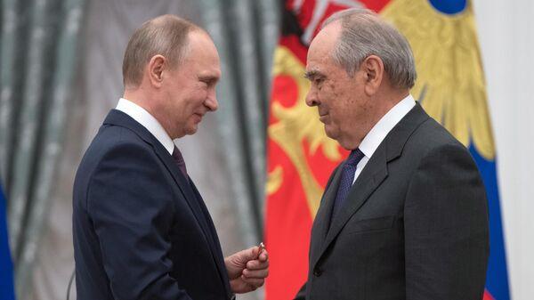 Президент РФ Владимир Путин и государственный советник Республики Татарстан Минтимер Шаймиев на церемонии вручения медалей Герой Труда Российской Федерации.