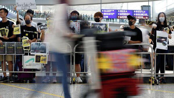 Акция протеста против законопроекта об экстрадиции в международном аэропорту Гонконга