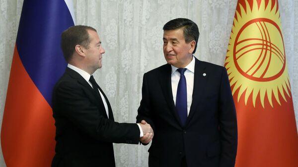 Председатель правительства РФ Дмитрий Медведев и президент Киргизии Сооронбай Жээнбеков во время встречи в Чолпон-Ате