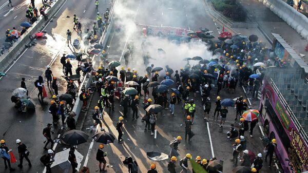 Полиция Гонконга применяет слезоточивый газ для разгона протестующих