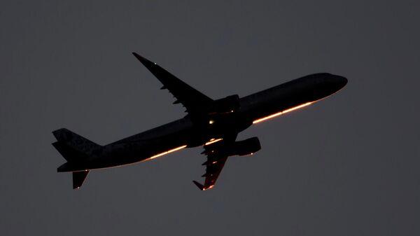 Пассажирский самолет в небе