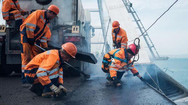 Рабочие на строительстве Крымского моста через Керченский пролив со стороны Тамани
