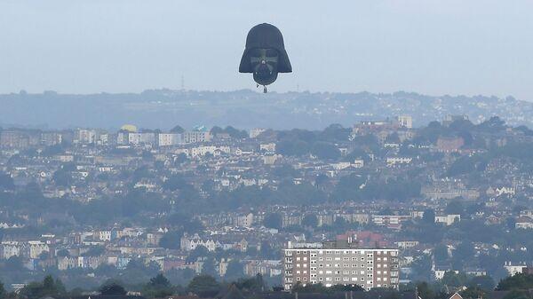Воздушный шар в виде головы персонажа Звездных войн Дарта Вейдера на фестивале воздушных шаров в Бристоле, Великобритания. 8 августа 2019