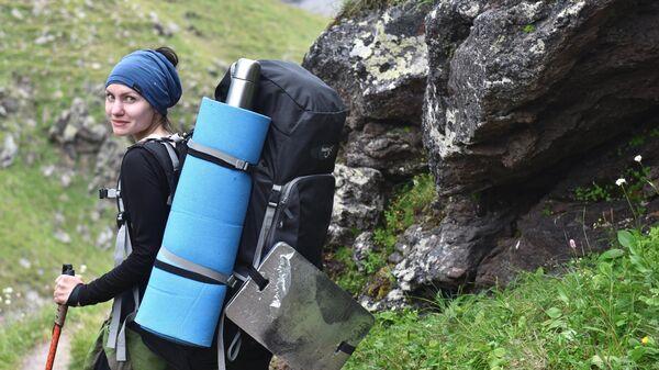 Девушка на пути восхождения на Эльбрус