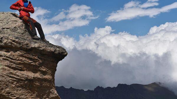 Альпинист на одной из скал во время восхождения на Эльбрус