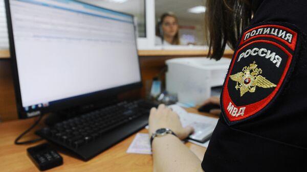Сотрудница МРЭО ГИБДД УМВД России по Тамбовской области ведет работу с документами
