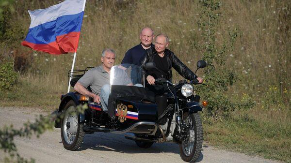 Путин приехал набайк-шоу вКрым на«Урале»
