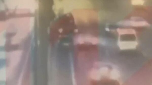 Момент столкновения автомобиля Tesla с эвакуатором на МКАД